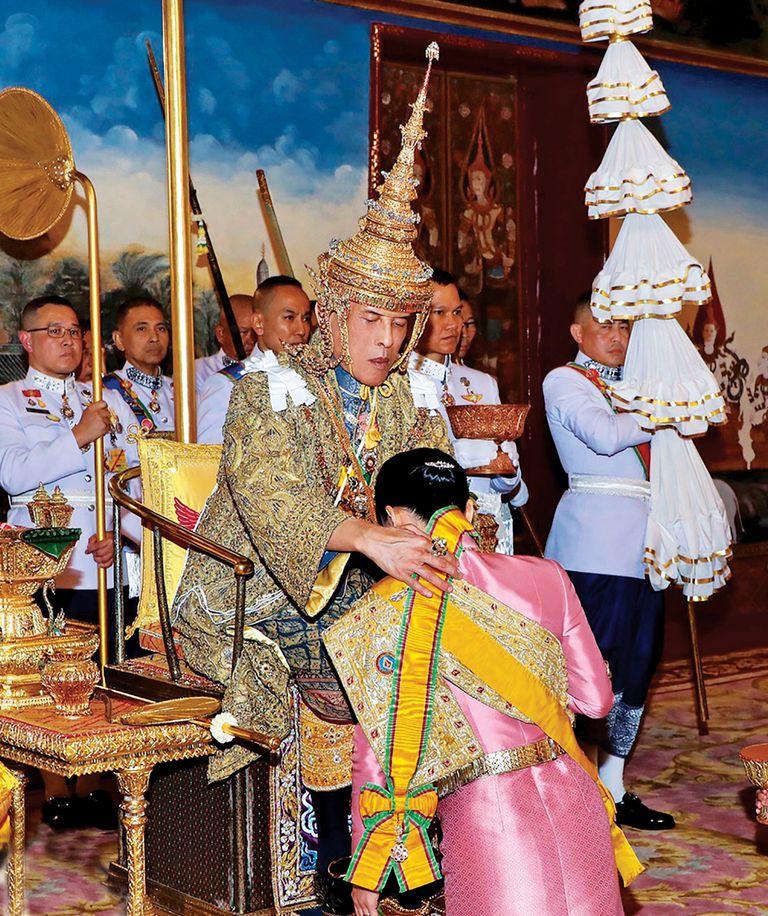 El lujo, la ostentación y el rígido protocolo fueron el hilo conductor de los festejos. Durante la ceremonia en que Maha Vajiralongkorn se convierte en rey, su mujer, Suthida, se postró ante él.