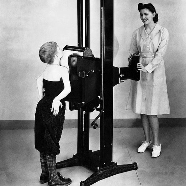 Una enfermera toma una radiografía a un niño en 1941 para verificar la presencia de tuberculosis