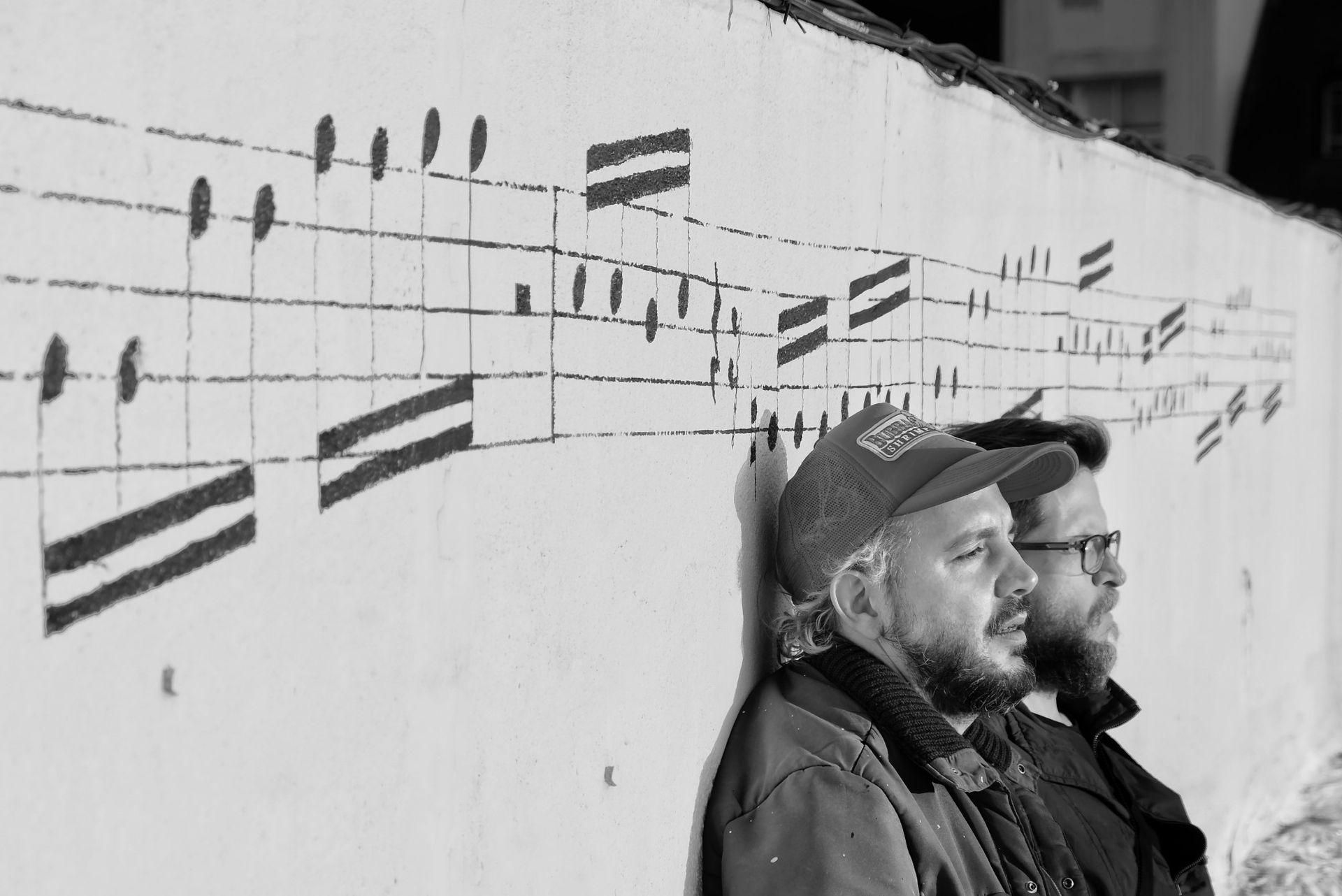 @perfilocortante y @tianfirpo en la realización del mural en la azotea de Charly García