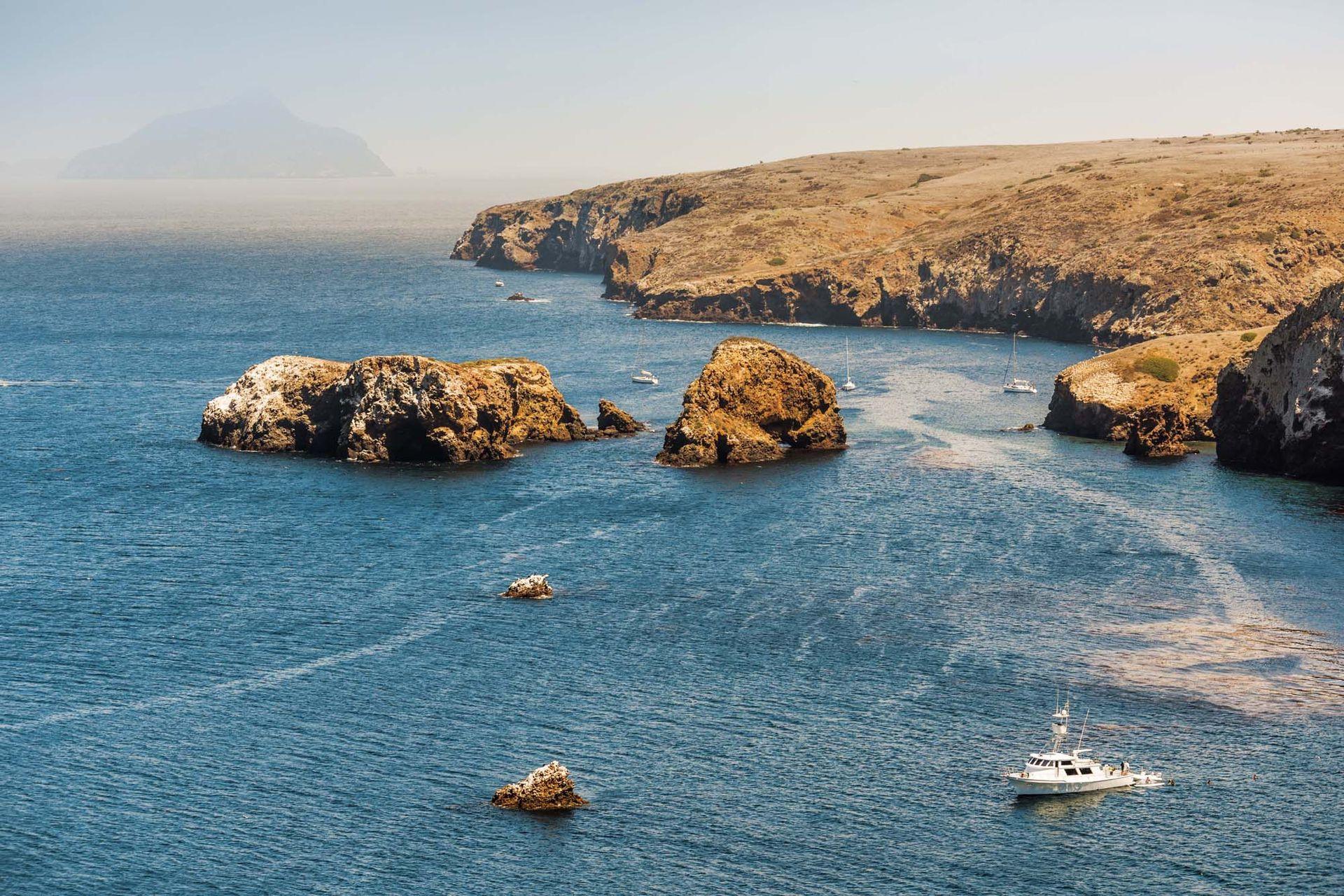 Vista desde una colina en la isla Santa Cruz, en el Parque Nacional Channel Islands, cerca de Ventura.