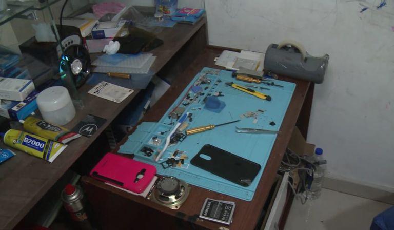 Clausura de un local de Constitución en el que funcionaba un laboratorio de clonación de celulares robados