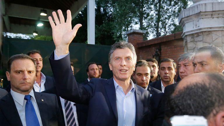 Macri intentó hablar con los medios al salir de la reunión, pero no pudo hacerlo por el desorden organizativo