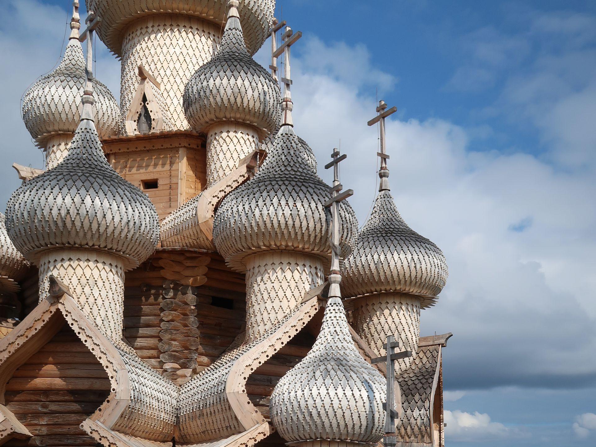 Los maestros carpinteros del norte ruso usaban álamo por su plasticidad y porque con el paso del tiempo vira a un gris que, desde lejos, se ve plateado.