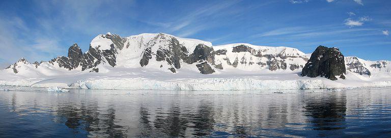 El canal Errera es un estrecho que separa la isla Rongé de la costa Danco en el oeste de la península Antártica