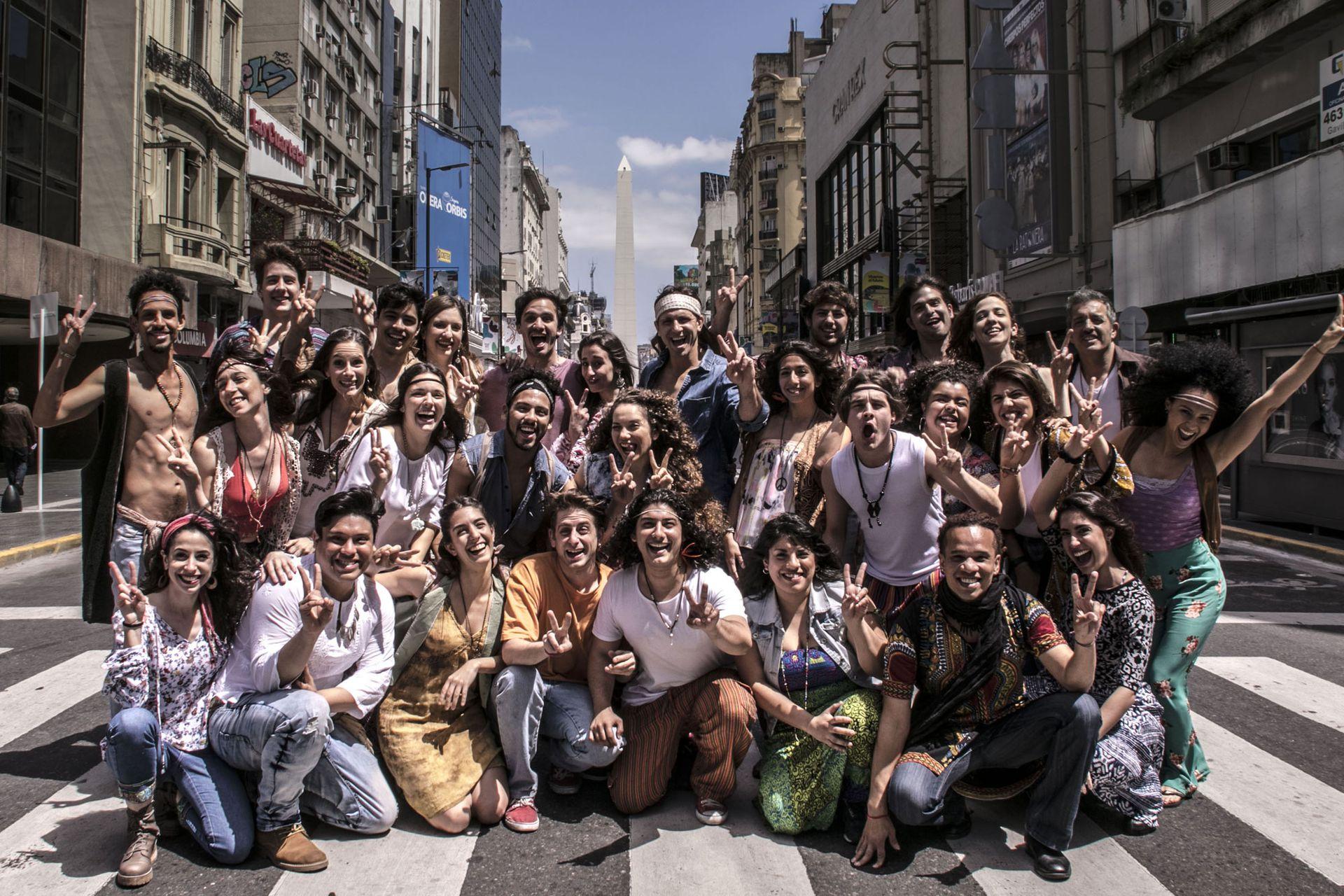 Tras intensas audiciones, el elenco de Hair tomó la calle Corrientes para celebrar su llegada a Buenos Aires a 50 años del estreno original