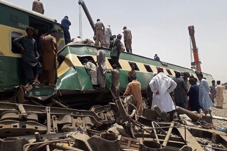 Pakistán: 40 muertos y más de 100 heridos por un choque de trenes