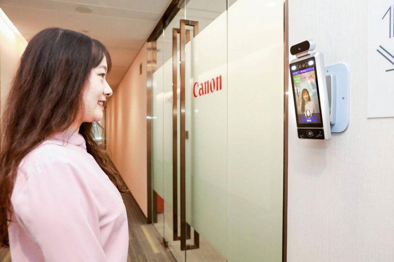 El sistema de reconocimiento facial de Canon cuenta con un módulo para otorgar el acceso a las oficinas solo si el empleado muestra una sonrisa
