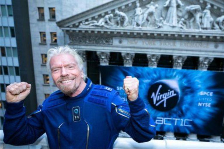 El fundador de Virgin Galactic, Richard Branson, celebra después de que la compañía se convirtió en la primera empresa de vuelos espaciales para humanos que cotiza en la bolsa de Nueva York.