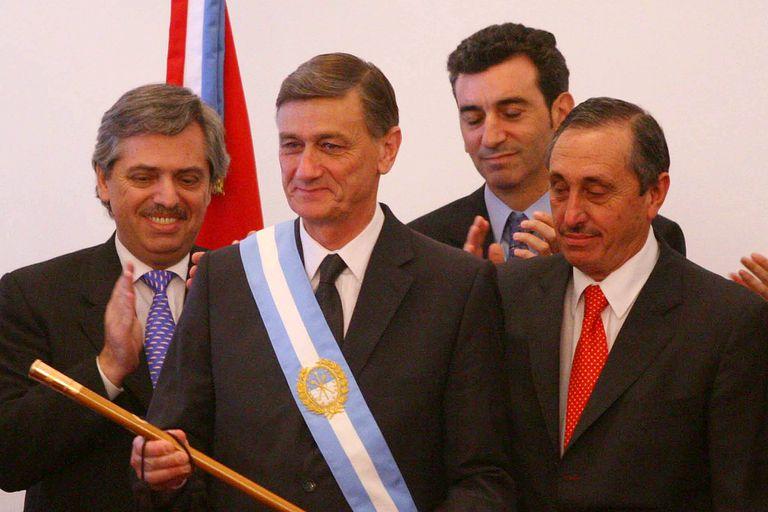 Hermes Binner, nuevo gobernador de la Provincia de Santa Fe, recibe los atributos de Jorge Obeid, en diciembre de 2007