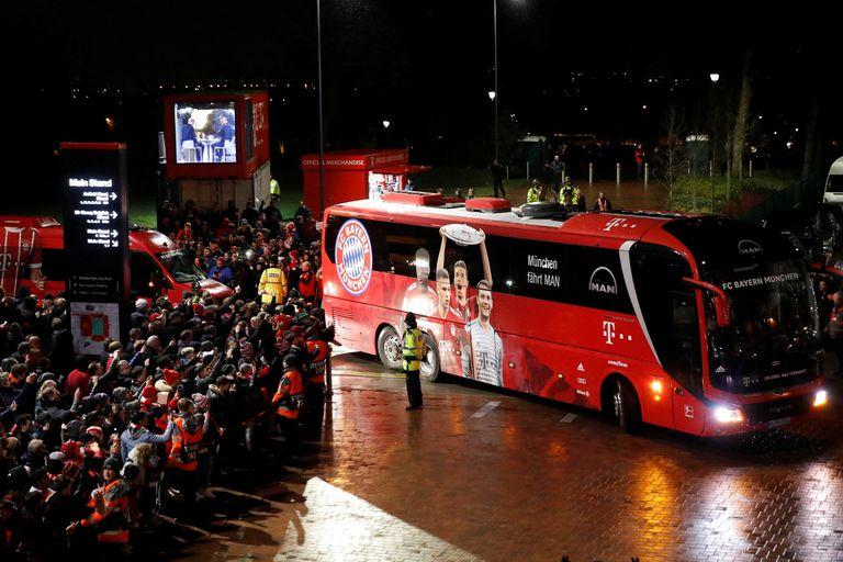 El bus de Bayern Munich, llegando al estadio de Liverpool.