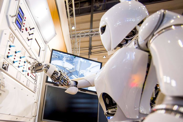 La robot AILA, (Androide Liviano con Inteligencia Artificial) tiene sensores en los dedos para poder manipular objetos de varios tamaños