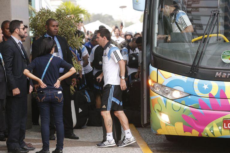 Con clima de fiesta, la selección argentina llegó a Río a Janeiro, a la espera d