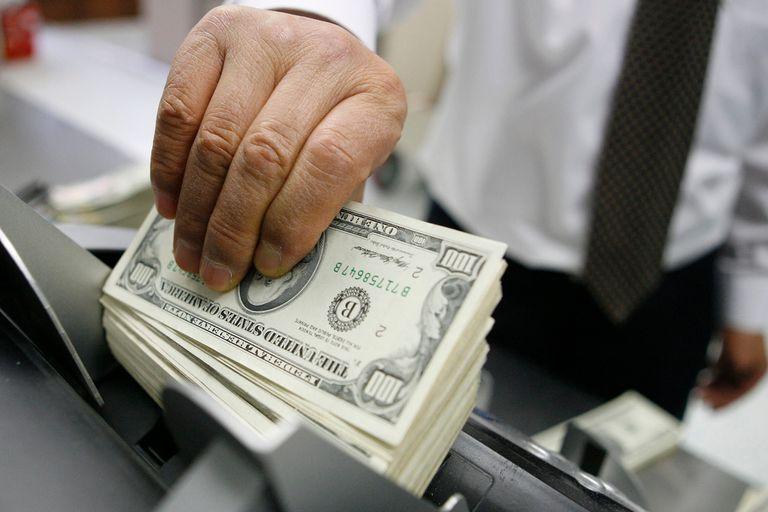 Ayer, arrastrado por la incertidumbre en los mercados globales, el dólar paralelo aumentó $1 y se vendió a $79,50.