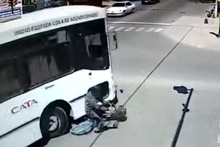 Un colectivo le pasó por arriba, a un hombre, salió ileso, fue en Mendoza