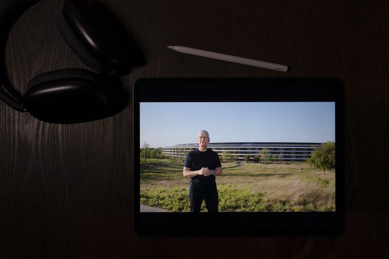 Esta ilustración fotografiada en La Habra, California, muestra al director general de Apple Tim Cook hablando en un evento virtual de la compañía para lanzar nuevos productos, martes, 20 de abril de 2021. (AP Foto/Jae C. Hong)