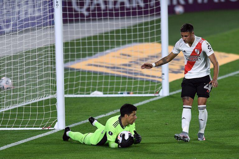 Enzo Pérez bajo los tres palos, en su inédita posición en el partido entre River - Independiente Santa Fe, por la Copa Libertadores.
