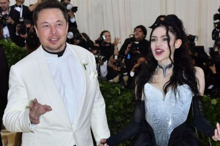Elon Musk y su novia Grimes anunciaron el nacimiento de su hijo el lunes