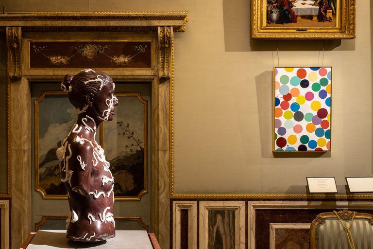 """""""Brillo doméstico sobre lienzo"""" y """"El cráneo debajo de la piel"""", mármol rojo y ágata blanca, dos obras de Damien Hirst que integran la muestra """"Archaeology Now"""" en la Galleria Borghese de Roma"""