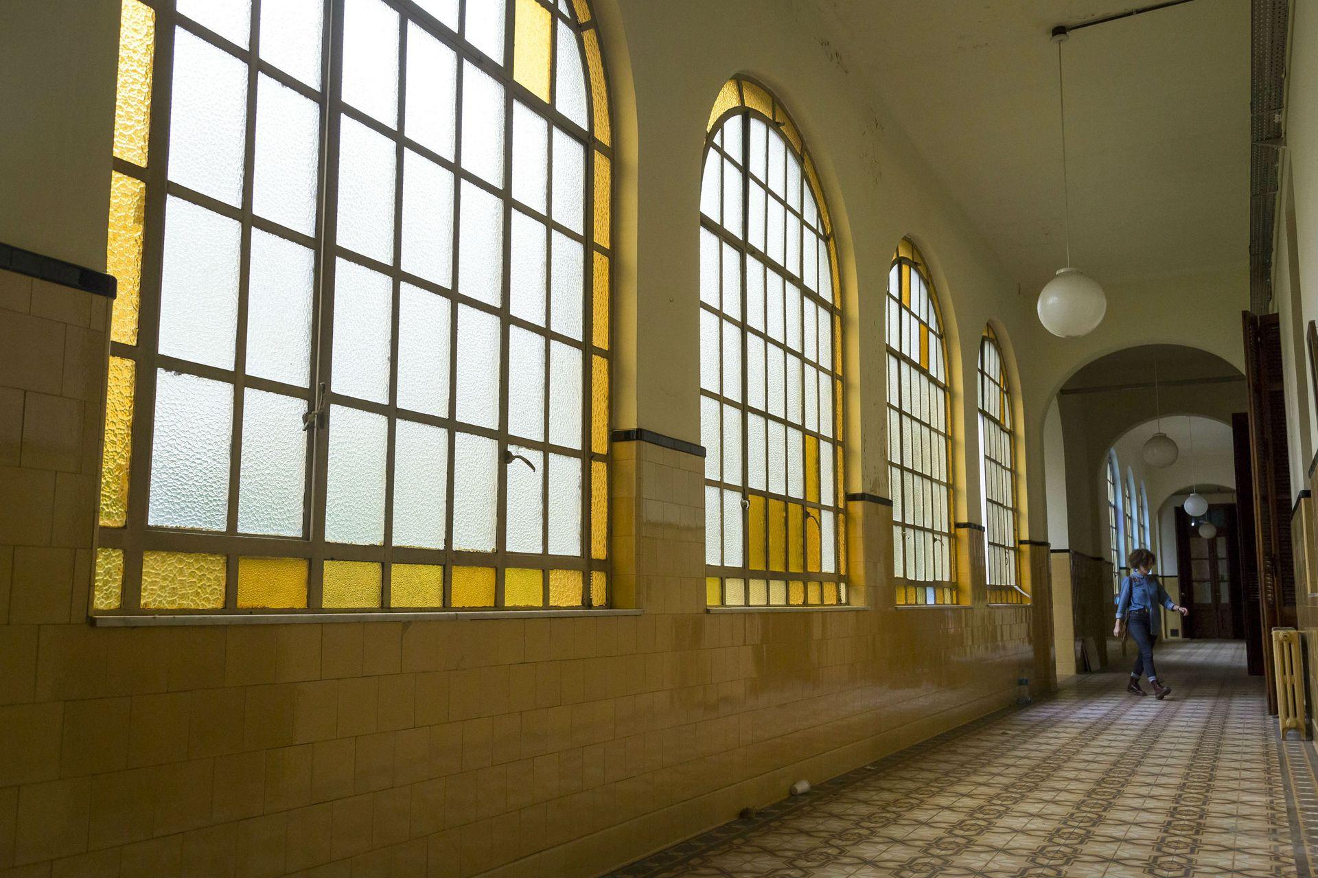 Uno de los pasillos del convento, con grandes ventanales
