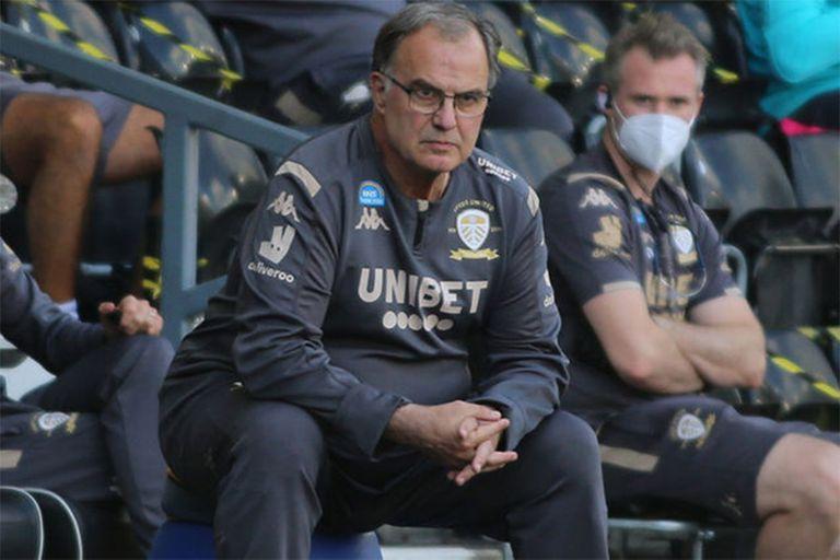 Después de los festejos, Bielsa siguió la victoria de Leeds ante Derby County con su concentración habitual