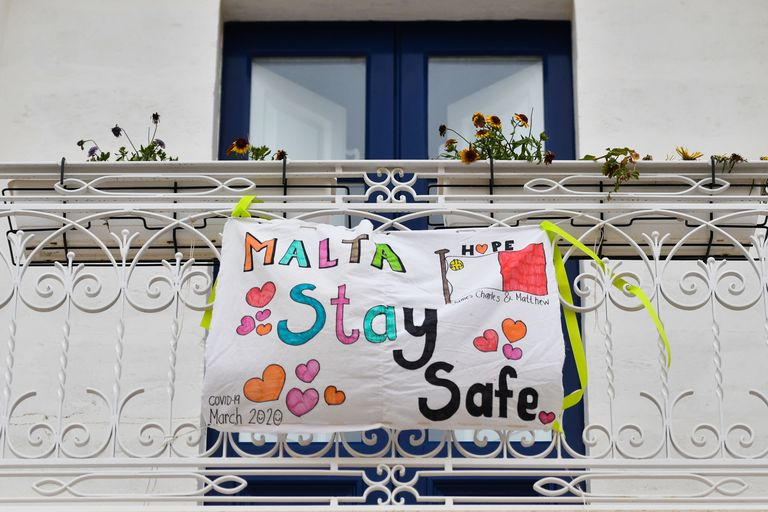 Un cartel en un balcón en La Valeta, Malta, en estos meses de pandemia