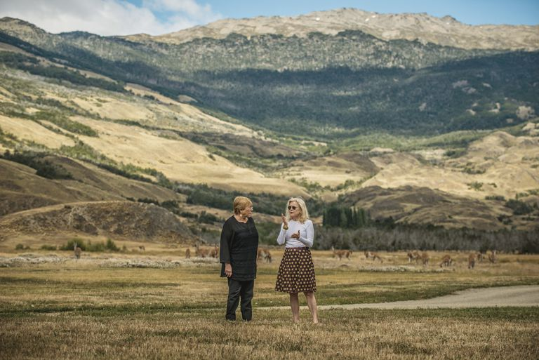 Michele Bachelet y Kristine McDivitt Tompkins, durante la apertura del Parque Nacional Patagonia, en Chile, en enero último