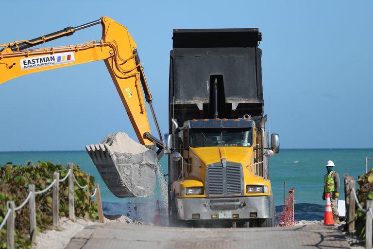Los camiones trabajan en las playas