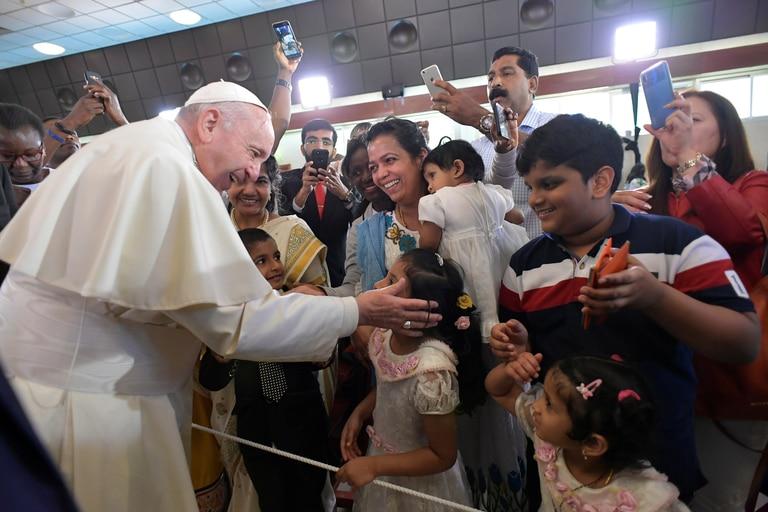 El papa Francisco se acercó a saludar a la multitud