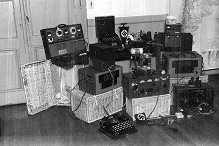 Los equipos incautados por Coordinación Federal durante los allanamientos de 1944. Sin embargo, la mayoría de estos artefactos fueron destruidos o enterrados antes del secuestro policial
