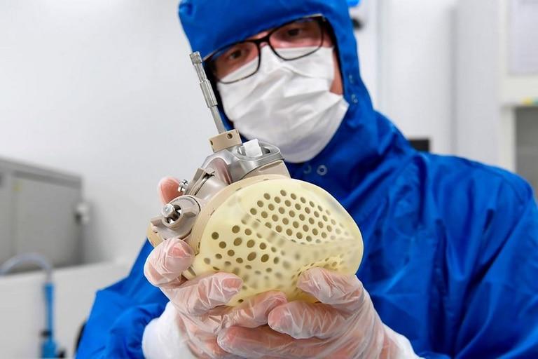 Un empleado de la firma Carmat muestra el corazón artificial que saldrá a la venta en 2021 en Europa, con un precio estimado de 180.000 dólares