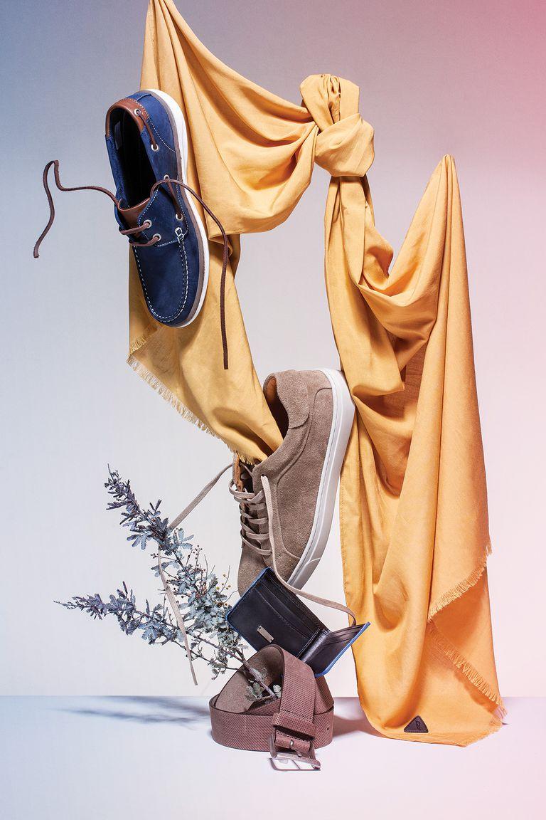 1. Náuticos de cuero azul combinados con chocolate (Hush Puppies) / 2. Pashmina de algodón de gasa (Perramus) / 3. Zapatilla acordonada de gamuza color almendra (Etiqueta Negra) / 4. Billetera de cuero combinada azul y negro (Etiqueta Negra) / 5. Cinturón de cuero perforado (Giesso)