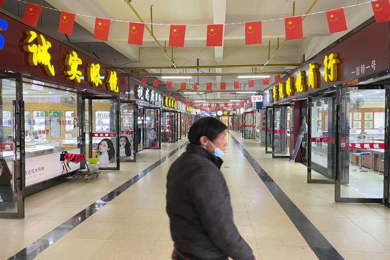 Locales vacíos en el mercado de Wuhan