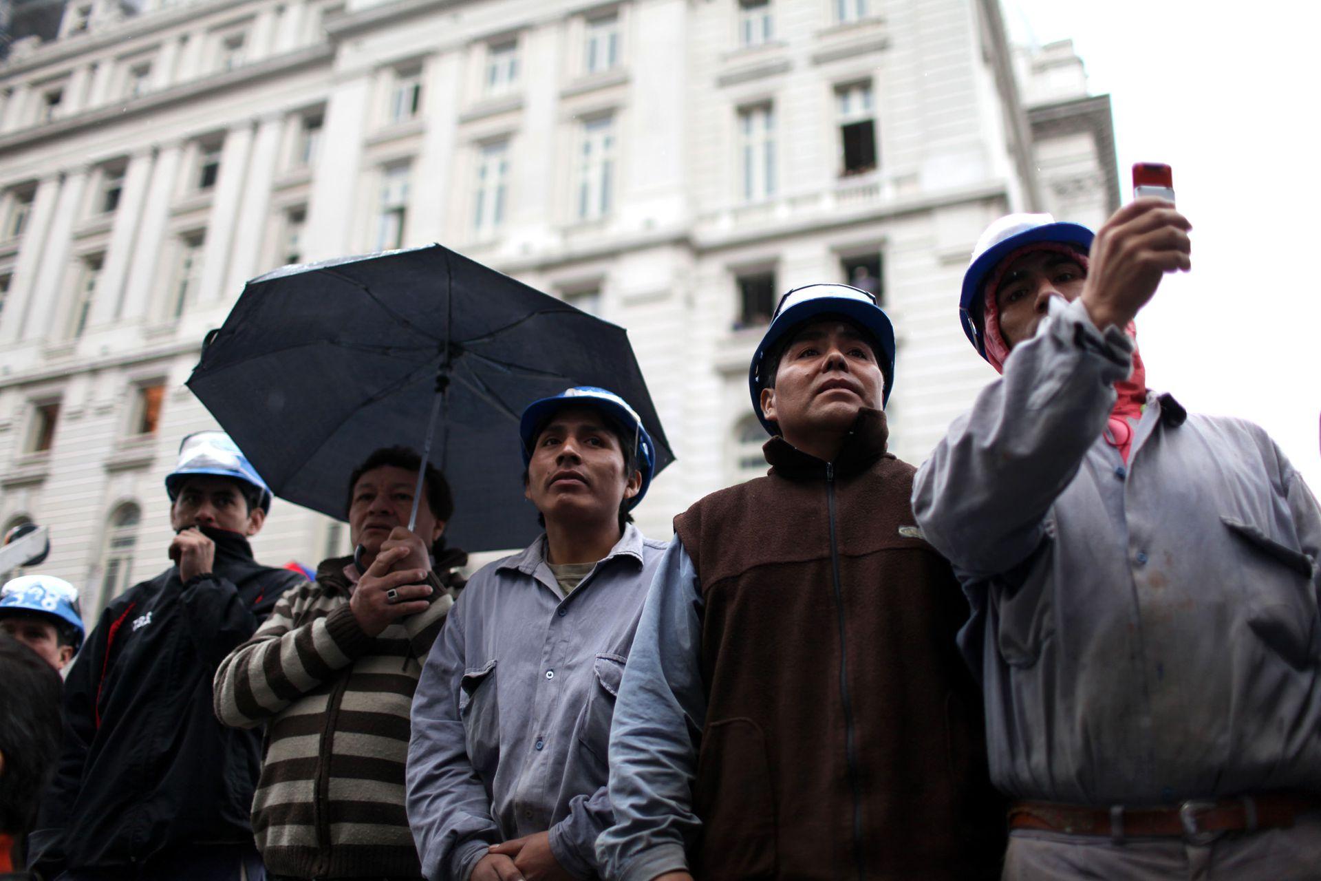 Obreros con sus cascos despiden los restos del expresidente Néstor Kirchner