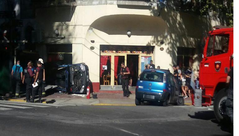 Un patrullero se estrelló contra un restaurante tras chocar con otro móvil