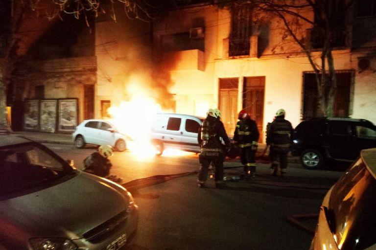 """Ataque de """"quemacoches"""": el video de las explosiones en Villa Crespo"""