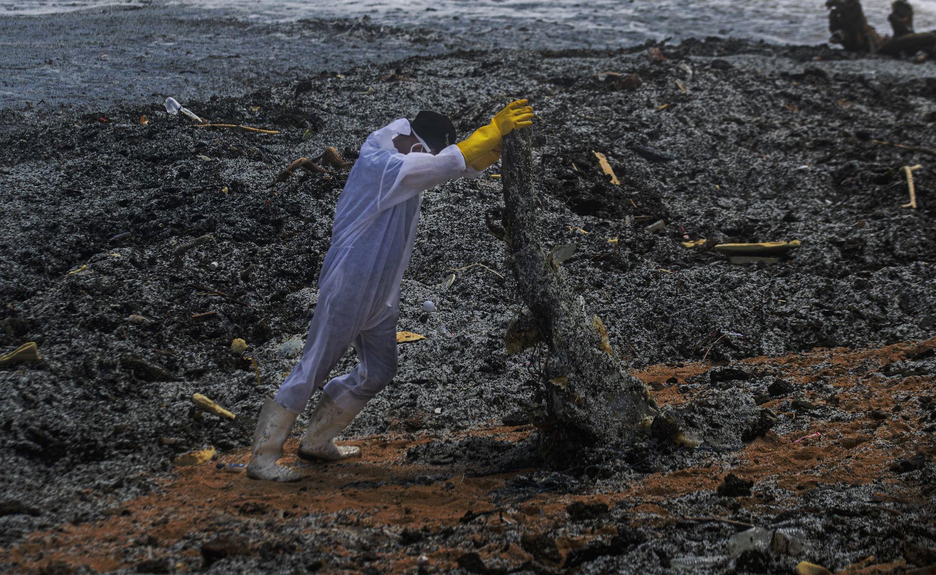 Las autoridades han minimizado el riesgo del ácido, ya que es neutralizado por el agua de mar. Pero Lahandapura dijo que una gran cantidad de petróleo podría llegar a la región turística y pesquera de Negombo, a 40 kilómetros al norte de la capital de Sri Lanka