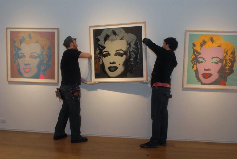 Montaje de la muestra Warhol. Mr. America (2009), la tercera más visitada del museo