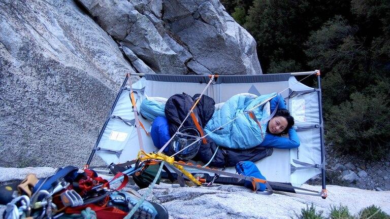 Acampar colgado de una pared vertical es parte de la propuesta del llamado cliff camping