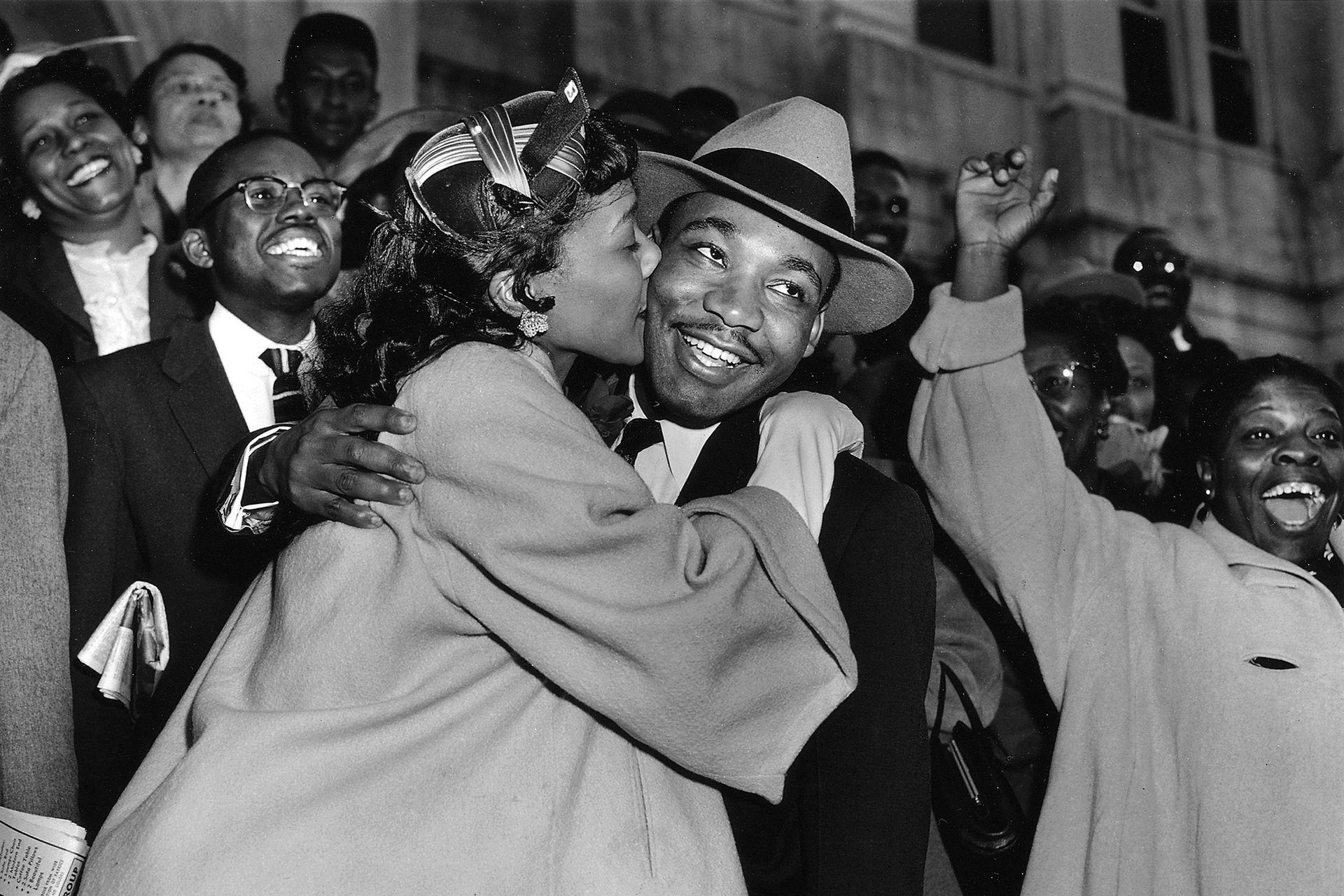 Martin Luther King es recibido con un beso por su esposa Coretta después de dejar la corte en Montgomery