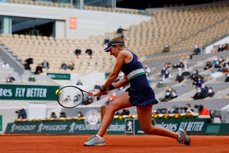 La argentina Nadia Podoroska devuelve ante la polaca Iga Swiatek durante su partido de semifinales