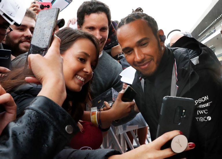 Lewis Hamilton, el ídolo que se sacó selfies con los fans mexicanos antes de la carrera