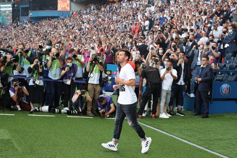 Cuando pisó el campo de juego, antes del partido contra el Estrasburgo de Alsacia, el argentino recibió una verdadera ovación de un estadio repleto que coreó su nombre.