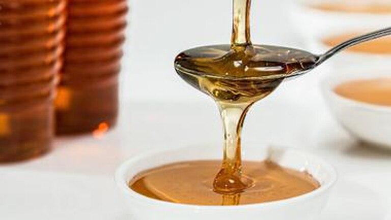 Diferente a casi todos los condimentos y salsas, la miel no debe mantenerse en la heladera.