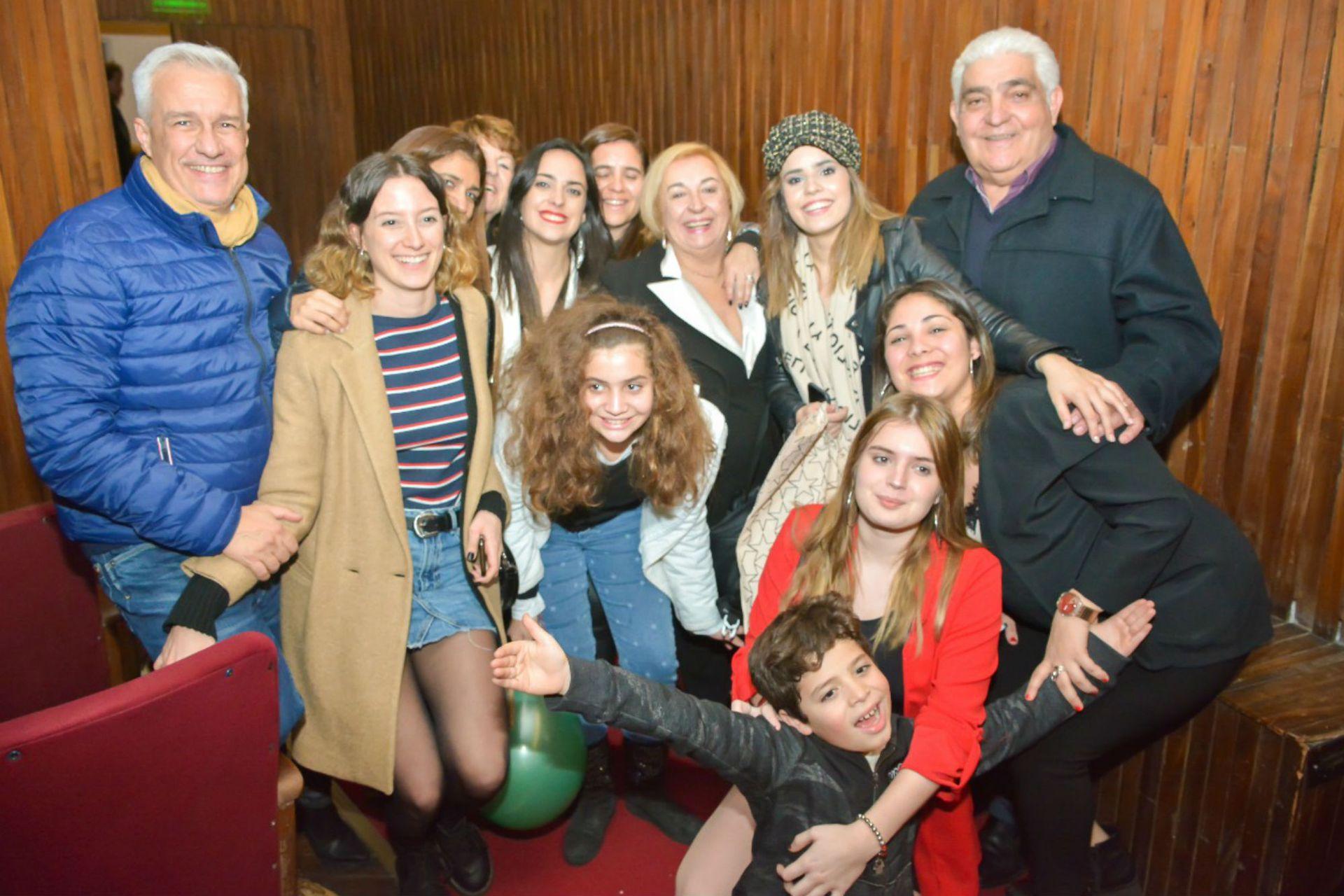 En banda. La familia de Sofi Morandi viajó desde Neuquén a verla actuar en la función a beneficio de la obra que se realizó para FuPeA