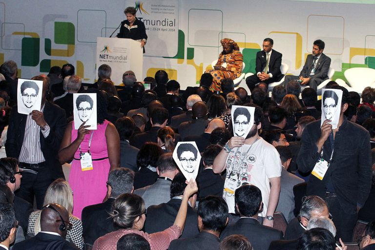 Los activistas en plena acción durante la presentación de Dilma.