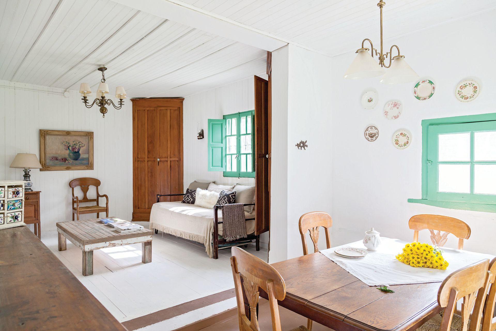 Después: Después de reemplazar viejos tablones, el piso del living fue pulido y, finalmente, cubierto con pintura blanca, lo que le imprime mucha luminosidad a la caja, al punto que parece otra vivienda.