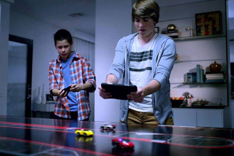 Anki Drive, la línea de autos de juguete controlados a distancia por smartphones, y que permite tener un modelo con personalidades y características propias