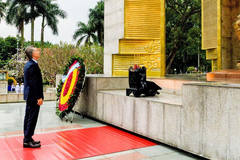 El presidente Mauricio Macri rindió hoy homenaje a Ho Chi Minh en el Mausoleo que lleva el nombre de quien fue líder de la revolución socialista de Vietnam