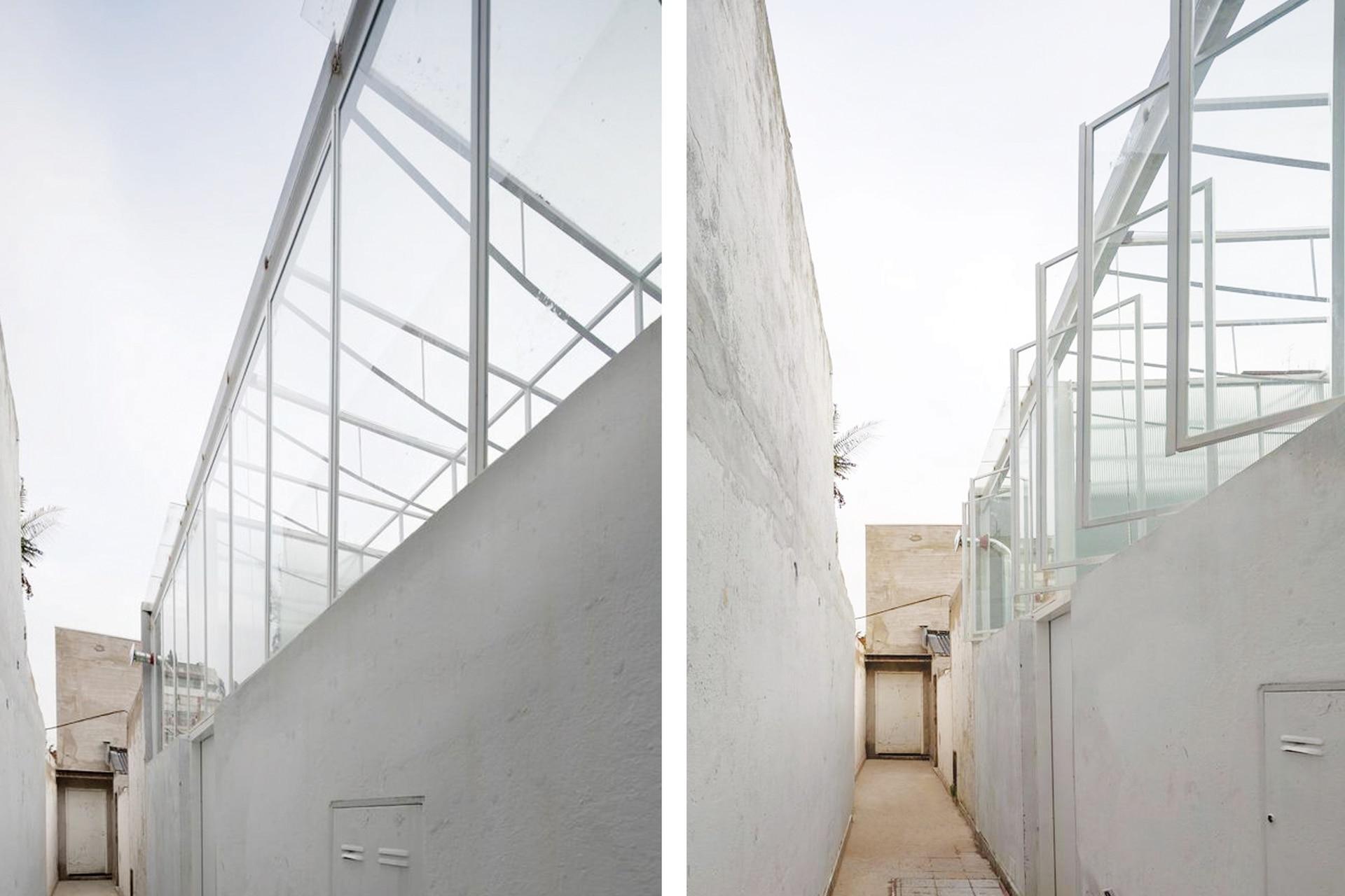 El viejo techo de chapa se reemplazó por un cerramiento de aspecto liviano en hierro (Hierros Casanova) y vidrio laminado (Vidriería Ciudad de Martínez). Tres manijas accionan las tres secciones de ventanas pivotantes y una manivela permite abrir el techo.