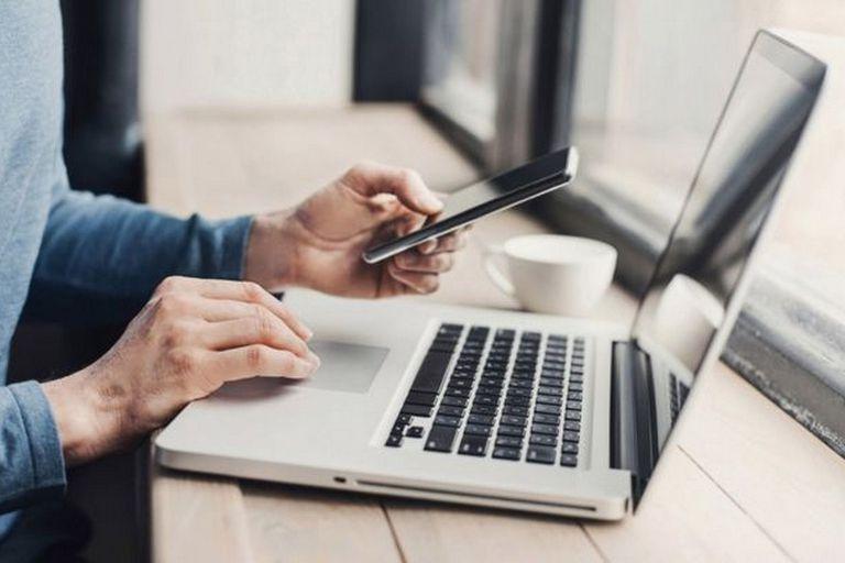 Según una encuesta de usuarios de internet, solo el 15% piensa que su computadora portátil es su dispositivo más importante, mientras que el 66% cree que su teléfono inteligente lo es
